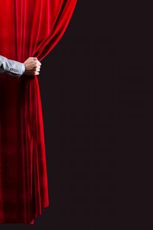 Close-up van de hand opening rood gordijn Plaats voor tekst