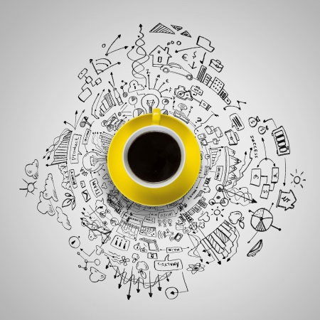 schets: Kopje koffie met schetsen op de achtergrond