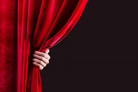 Nahaufnahme von Hand Öffnung roten Vorhang Platz für Text Standard-Bild