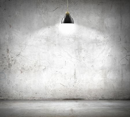 Piedra de pared en blanco iluminado con la lámpara que colgaba sobre el lugar de texto