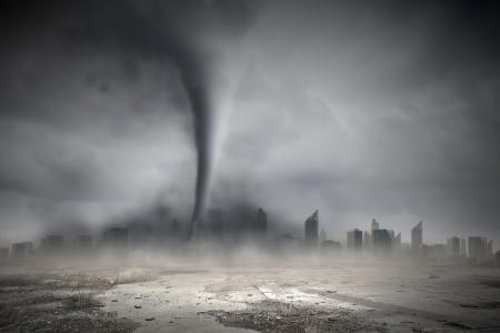 Afbeelding van krachtige enorme tornado draaien boven de stad Stockfoto