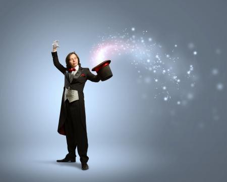 Imagen de la celebración sombrero de mago con las luces y los humos que salen