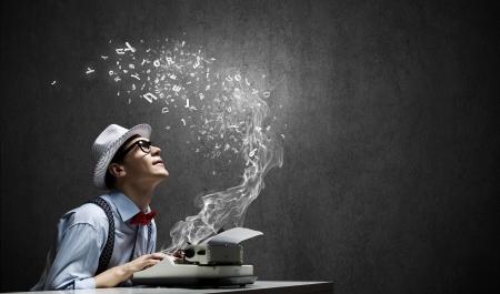 reportero: Hombre divertido joven en los vidrios que escriben en la m�quina de escribir