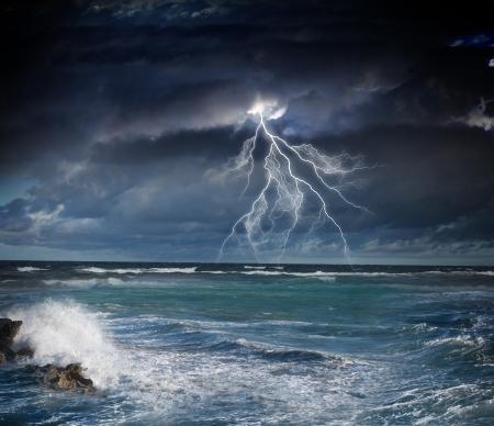雷嵐の海の上に暗い夜のイメージ 写真素材