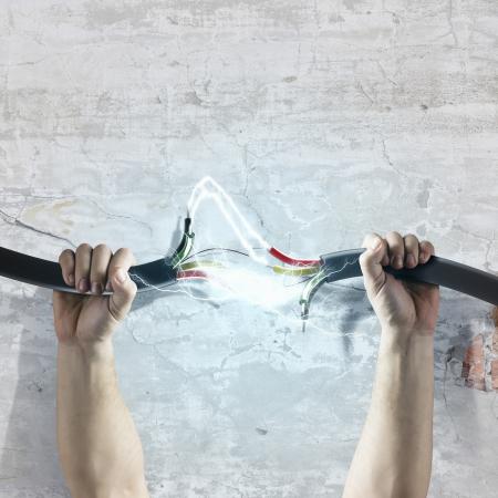 人間の手の力でケーブルと接続