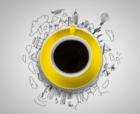 バック グラウンドでスケッチとコーヒーのカップ 写真素材