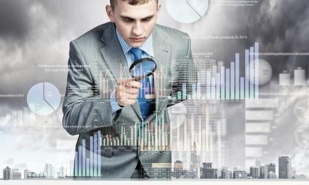 economia: Imagen del empresario examinar objetos con lupa