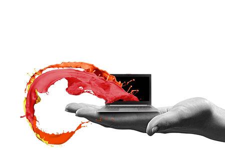 Primer plano de la computadora portátil de la mano humana