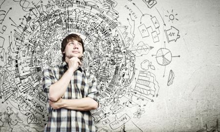 decis�es: Belo homem pensativo novo no pensamento ocasional sobre as id Banco de Imagens
