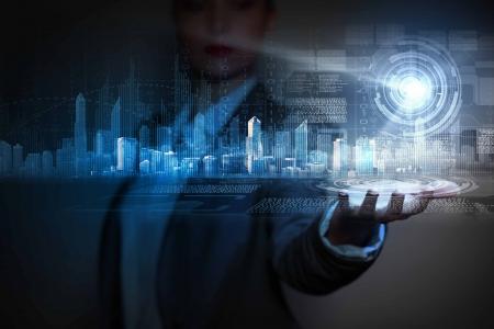 技術: 商人拿著城市的媒體形象在掌心新技術 版權商用圖片