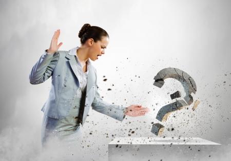 mujer pensando: Imagen de la empresaria destruyendo con signo de interrogaci�n piedra brazo