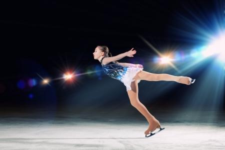 Petite fille de patinage artistique à l'aréna de sport Banque d'images - 24985871