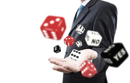 Close-up van zakenman het gooien van dobbelstenen gokken concept Stockfoto