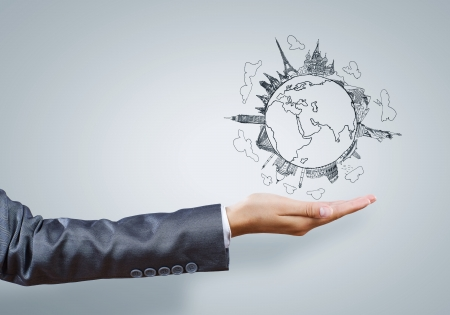 holding globe: Vista posteriore di imprenditrice azienda globo in palma