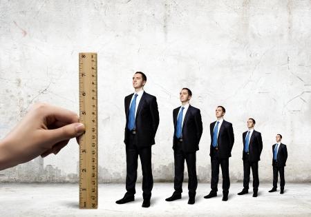 perito: Confianza de los empresarios exitosos de pie en l�nea de progreso en la carrera