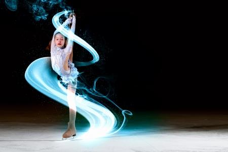 chiffre: Petite fille de patinage artistique à l'aréna de sport