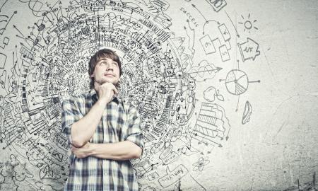 vision futuro: Hombre guapo pensativo joven en el pensamiento casual sobre las ideas