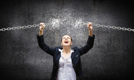 金属の鎖を壊す怒りの実業家のイメージ 写真素材