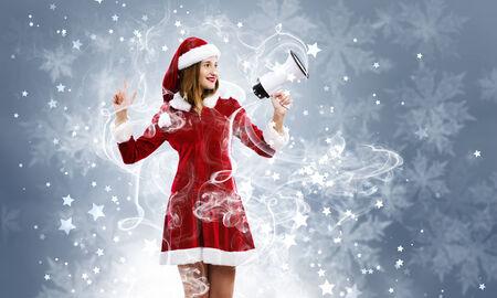 ni�a gritando: Pareja atractiva de Santa chica gritando en el meg�fono