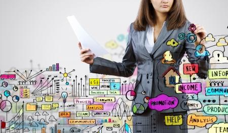 erfolgreiche frau: Gesch�ftsfrau Zeichnung Business-Plan und Skizzen mit Marker