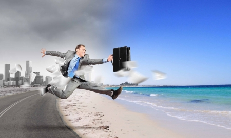 vacaciones playa: Imagen del empresario huyendo de trabajo de oficina Foto de archivo