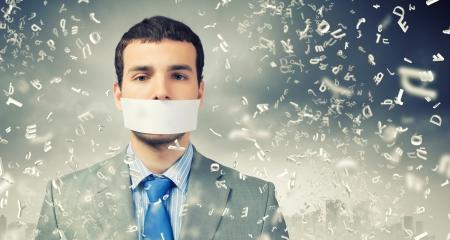 Jonge knappe zakenman met plakband op de mond Stockfoto