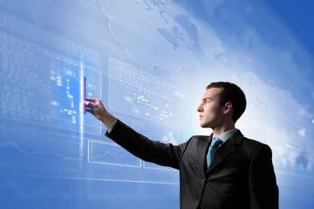 interacci�n: Imagen del empresario presionando el icono de Innovaciones pantalla multimedia Foto de archivo