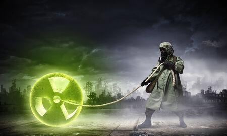 radiactividad: Hombre en respirador contra el fondo concepto nuclear Radioactividad Foto de archivo