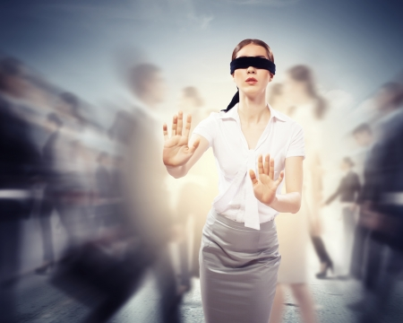 persona confundida: Imagen de la empresaria en la venda de los ojos caminando entre un grupo de personas Foto de archivo