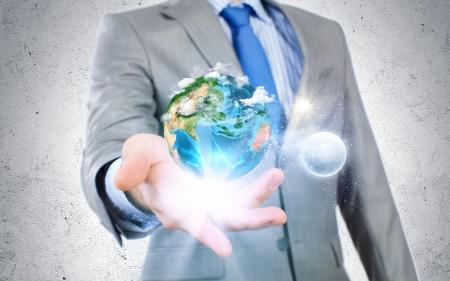 terrena: Primo piano di uomo d'affari in possesso pianeta Terra in palme elementi di questa immagine fornita dalla NASA sono