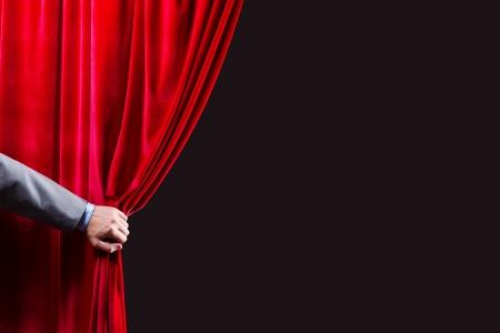 赤いカーテン場所本文を開き手のクローズ アップ