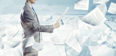 Achteraanzicht van zakenman het lezen van documenten in de hand