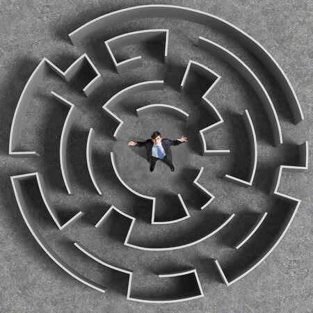 Bovenaanzicht van de zakenman staat in midden van het labyrint