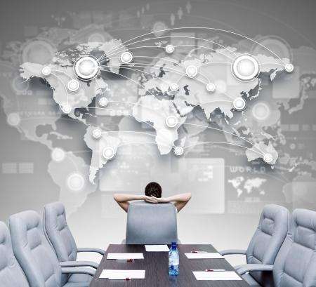 Affärs chef i konferensrummet sitter med ryggen i stol Stockfoto