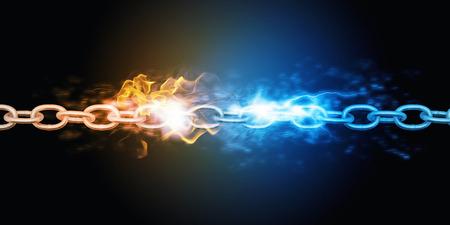 Conceptueel beeld met een stalen ketting in vlammen en verlichting Stockfoto