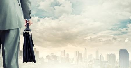 vision futuro: Volver la vista de hombre de negocios con la maleta en la mano