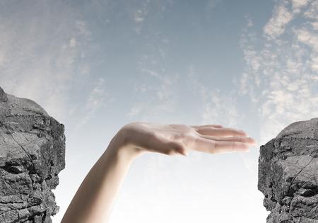 山のギャップ間の人間の手のクローズ アップ 写真素材