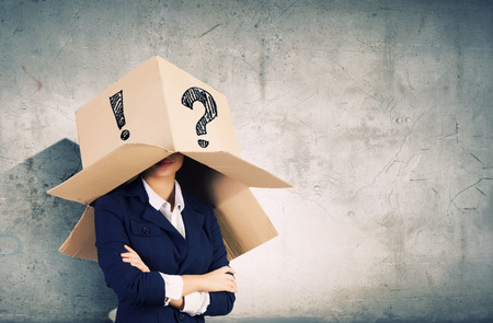 punto interrogativo: Imprenditrice scatola di cartone da portare con segni sulla testa