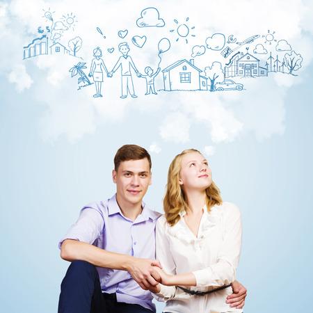 soñando: Imagen conceptual de la joven pareja abrazándose unos a otros y soñar