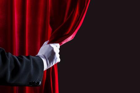 Cerca de la mano en el guante blanco abrir la Place de la cortina para el texto Foto de archivo - 25959298