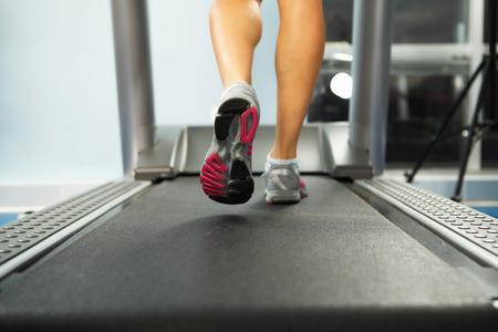 mujeres corriendo: Imagen del pie de la mujer corriendo en la cinta Foto de archivo