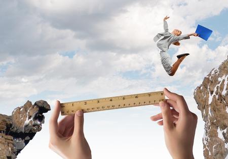 젊은 사업가 갭 위험 개념 위에 점프 스톡 콘텐츠