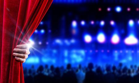 cortinas: La mano de la apertura de la cortina de terciopelo rojo de negocios