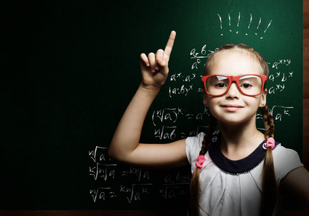 数式が黒板近く赤いガラスの天才少女