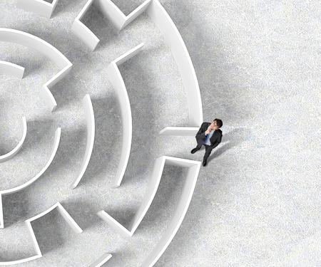 Bovenaanzicht van succesvolle zakenman die zich dichtbij de ingang van het labyrint bevindt Stockfoto