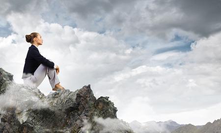 若いきれいな女性トップ oа 岩の上に座っていると、夢を見て