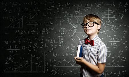 天才少年が黒板の数式と近くの赤メガネ