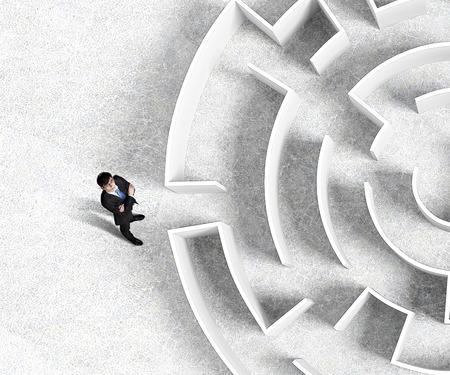 迷宮の入り口近くに立って成功している実業家の平面図