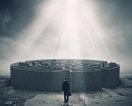 Zakenman die zich in de buurt van de in te voeren van het labyrint