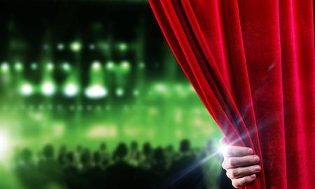 Hand van zakenman opening rood fluwelen gordijn Stockfoto